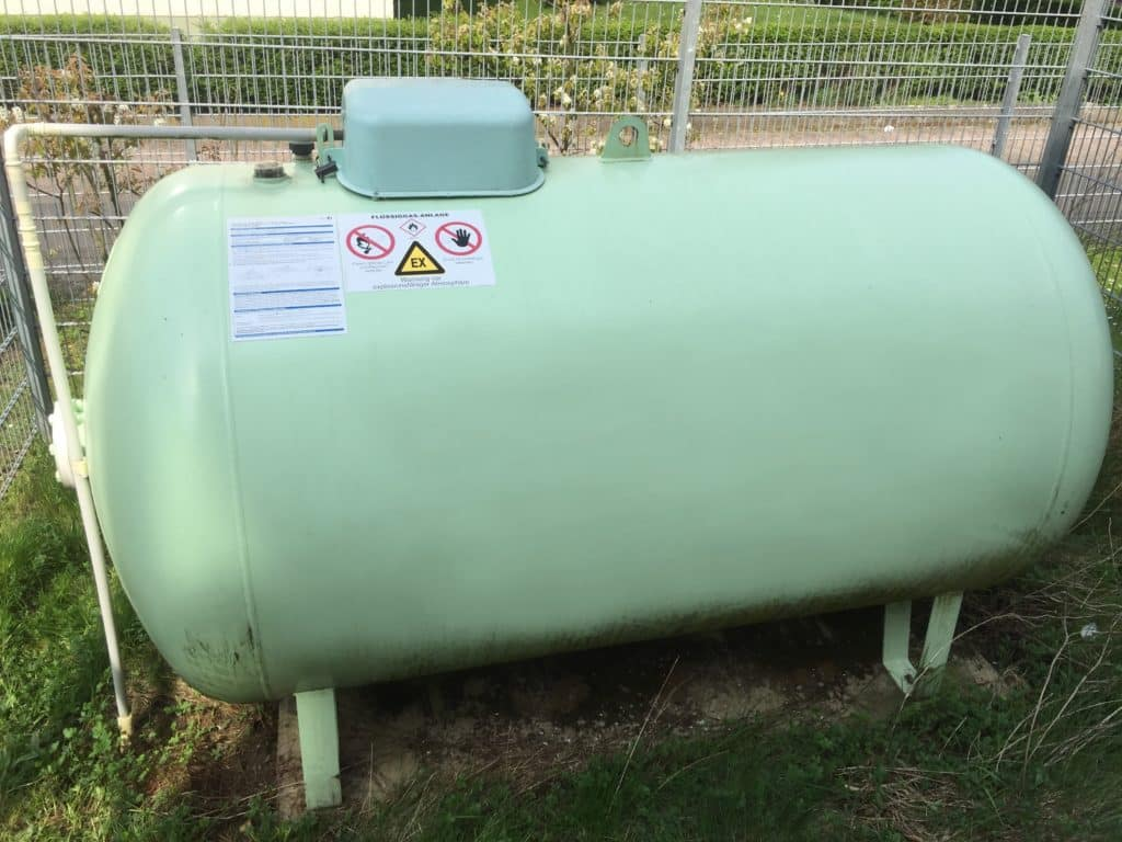 Mietgastank oberidisch 2700 Liter eingezäunt