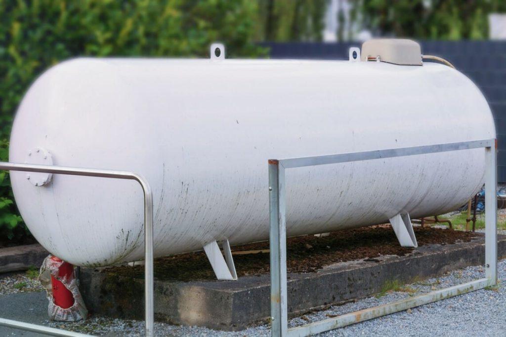 Weißer Flüssiggastank mit Anfahrschutz